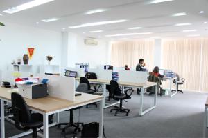 Cách sắp xếp bàn ghế văn phòng thông minh cho không gian làm việc đẹp