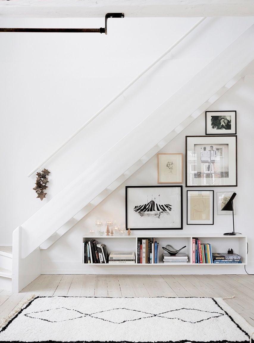 Mẫu kệ trang trí dưới gầm cầu thang nhỏ xinh